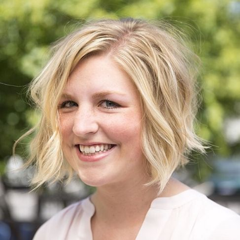 tousled texture MEDIUM HAIRCUTS FOR PLUS SIZE ROUND FACES