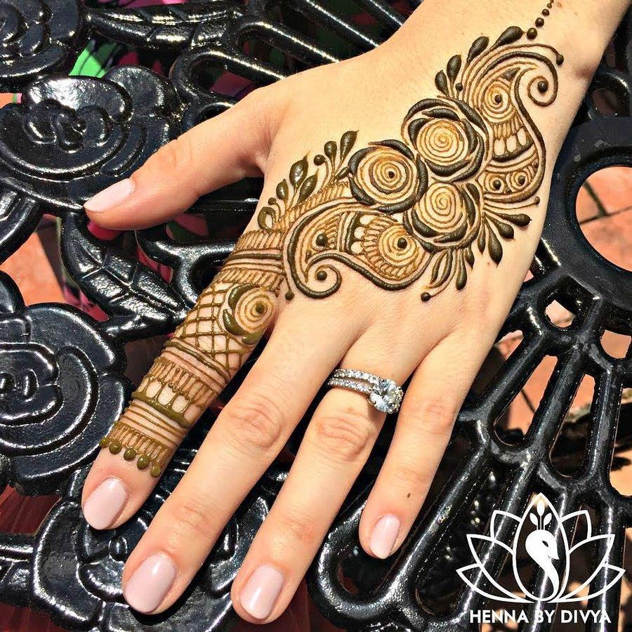 thick stroke Arabic mehndi design